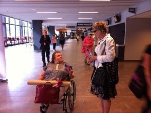 Rootsi Pimedate Ühingu esinaine jagas koridoris lendlehti