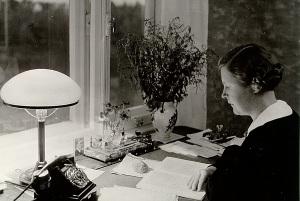 Marta Sillaots 1939 oma töölaua taga
