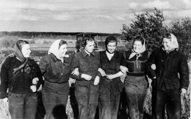 Naistraktoristide brigaad 1952. aastal (Foto Fideelia-Signe Rootsi kogust)